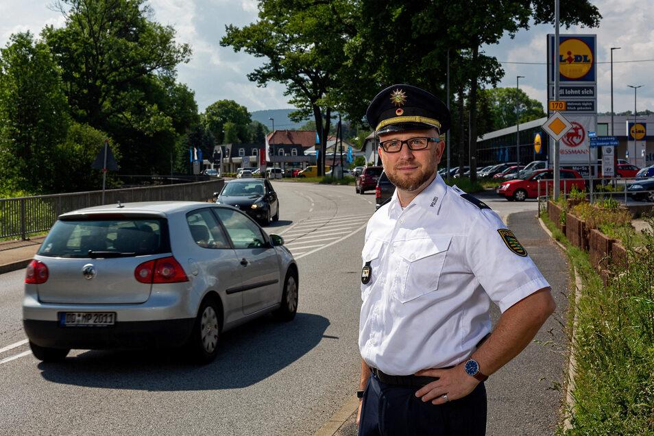 Rico Sommerschuh, Leiter des Polizeireviers Freital-Dippoldiswalde, steht hier an der Einmündung des Firstenwegs auf die B 170, einer schwierigen Stelle. Die Unfallschwerpunkte lieben aber woanders. .