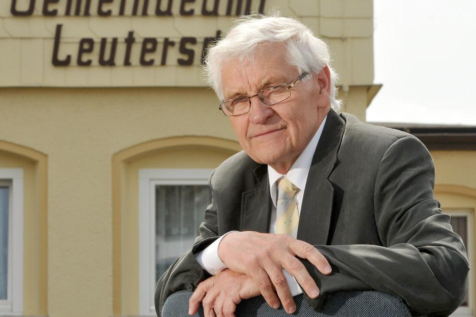 Leutersdorfs Bürgermeister Bruno Scholze vor dem Gemeindeamt.