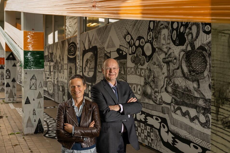 Bernd Kugelberg, hier mit Ostrale-Chefin Andrea Hilger, an der Robotron-Kantine, wo am 1. Juli die Ostrale eröffnet wird.