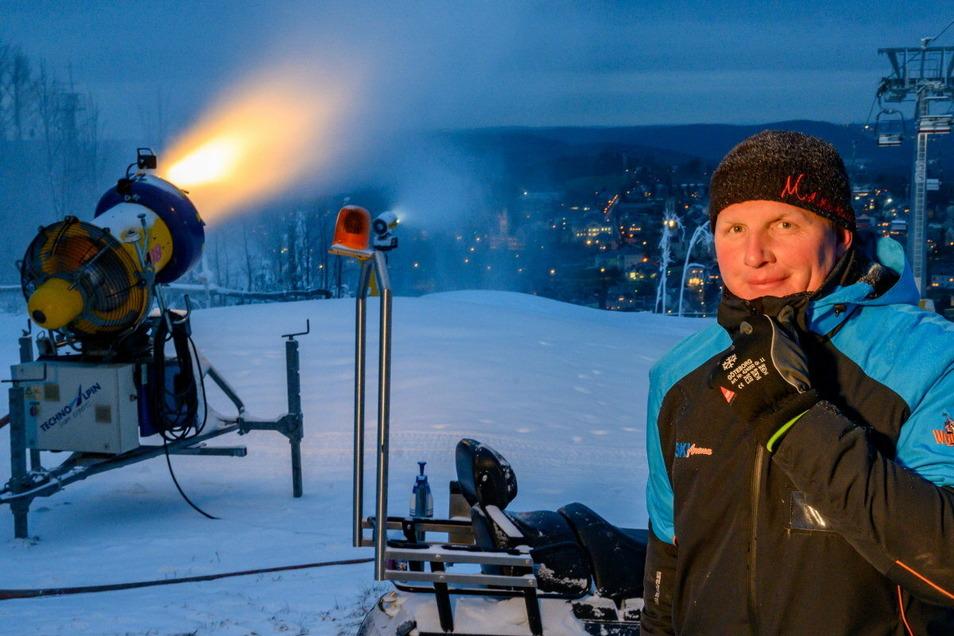 """""""Schnee musst du machen, wenn du ihn machen kannst"""", sagt Stefan Uhlmann von der Skiarena Eibenstock. Jetzt macht ihm Corona einen Strich durch die Rechnung."""