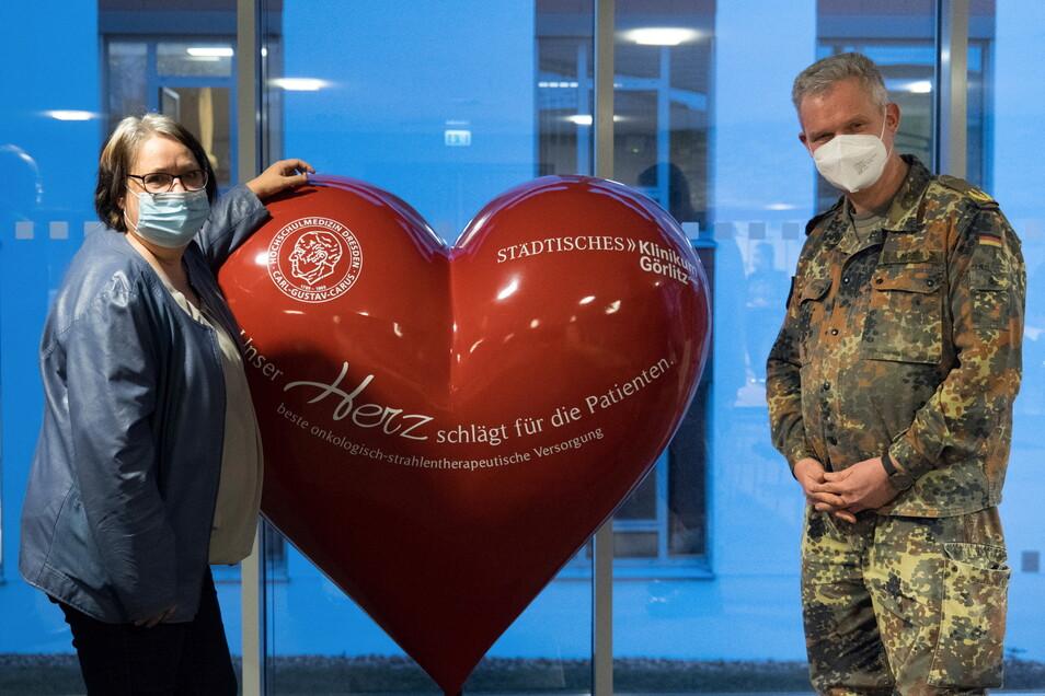 Auch im Görlitzer Klinikum half die Bundeswehr während der Corona-Pandemie aus. Hier ist Generalarzt Bruno Most im Gespräch mit der damaligen Geschäftsführerin Ulrike Holtzsch.