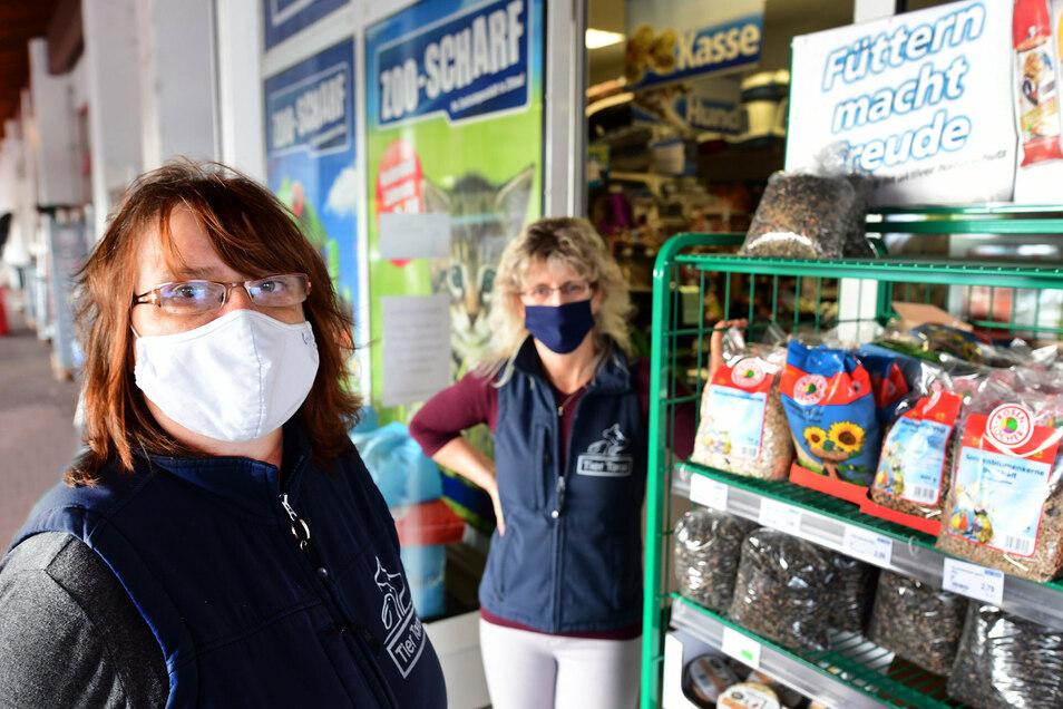 Petra Scharf (links), die Chefin der Zoo-Handlung Scharf in der Hochwaldstraße in Zittau und ihre Mitarbeiterin Kerstin Imme sind fassungslos nach dem Buttersäure-Anschlag auf ihr Geschäft.