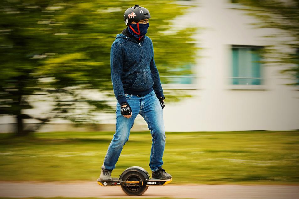 Nicht mal Fliegen ist schöner: Felix Endres aus Leipzig auf seinem Elektro-Einrad.