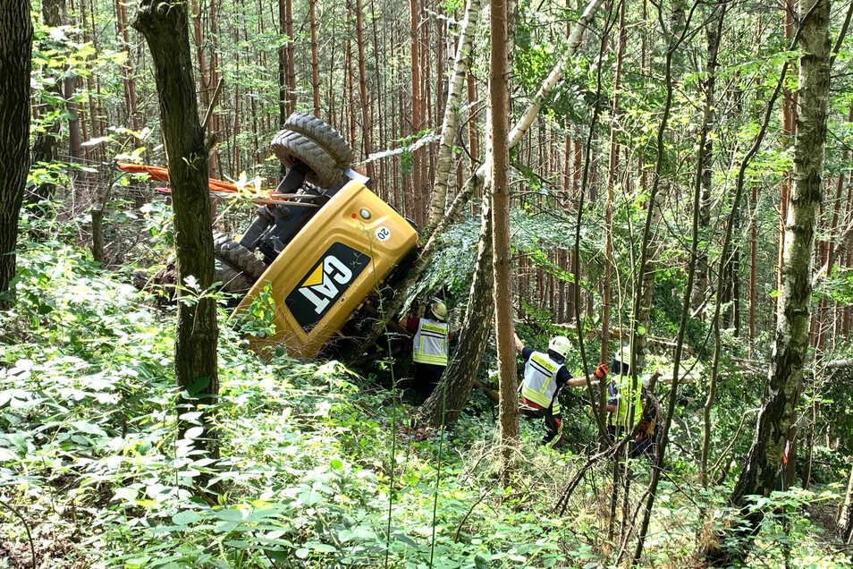 Mitten in den Wald stürzte dieser Bagger.