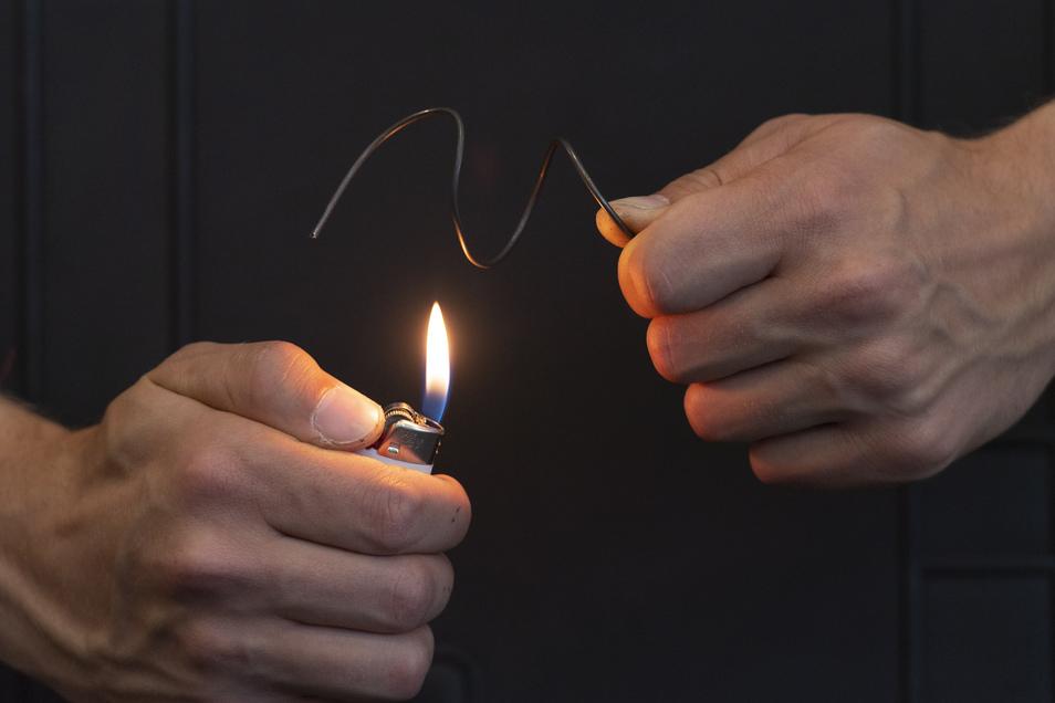 Nur zur Vorführung: Im Kissen wird Draht natürlich nicht mit Feuer, sondern durch Strom von einem Akku erhitzt.