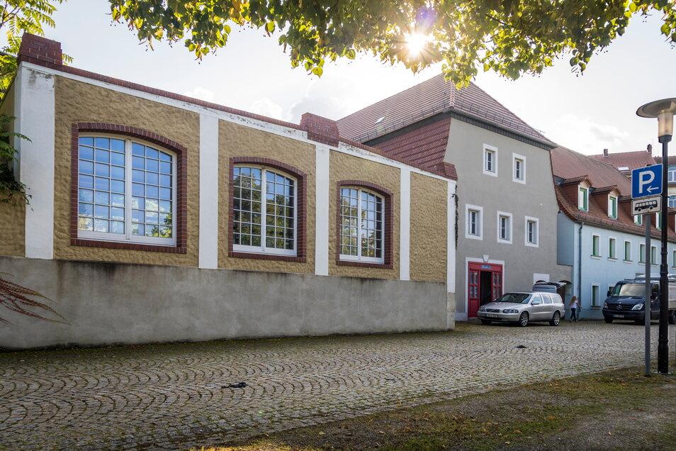Der einstige Speicher Elbstraße 7a (rote Tür) ist ein auffälliger Bau, genauso wie das Nebengebäude mit den drei großen Fenstern zur Elbe hin. Das Objekt ist jetzt in neuen Händen.