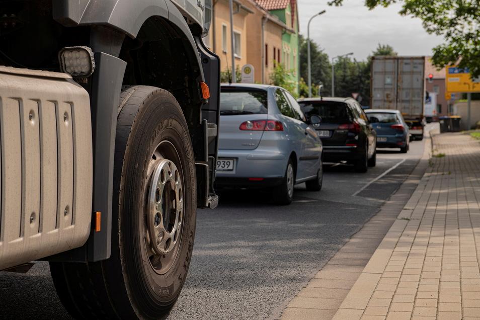 Insbesondere vor der Ampelkreuzung in Zschieschen staut sich der Verkehr momentan aus Richtung Großraschütz kommend. Grund sind Bauarbeiten auf der B 98 mit entsprechender Umleitung. Anwohner sind genervt.