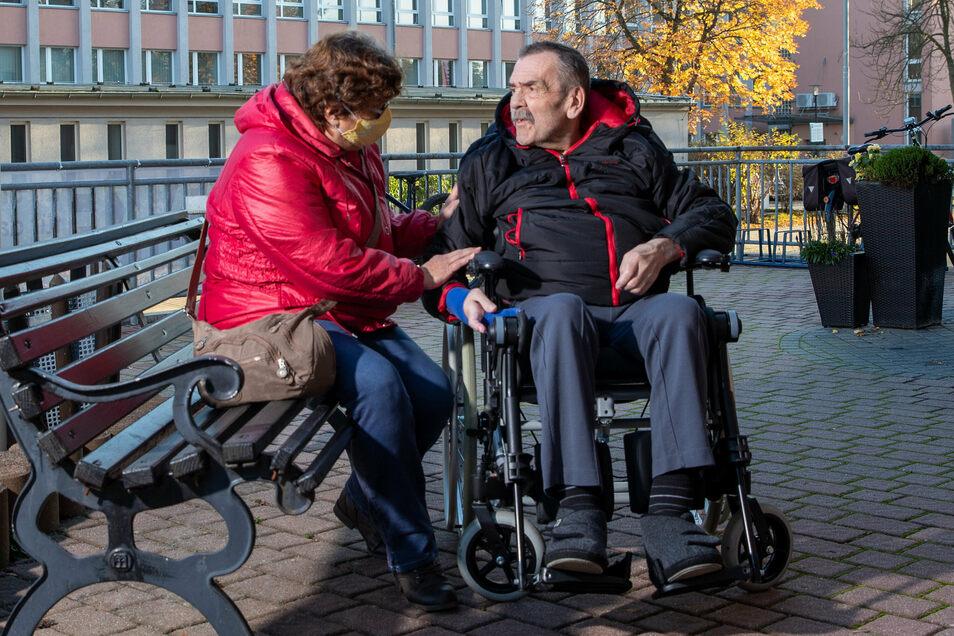 """Zur Sicherheit im Freien: Edeltraut Mittrach besucht ihren Mann Wolfgang jeden Tag im Pflegeheim """"Zur Heimat"""" in Bischofswerda – und hofft, dass sie das weiterhin darf."""
