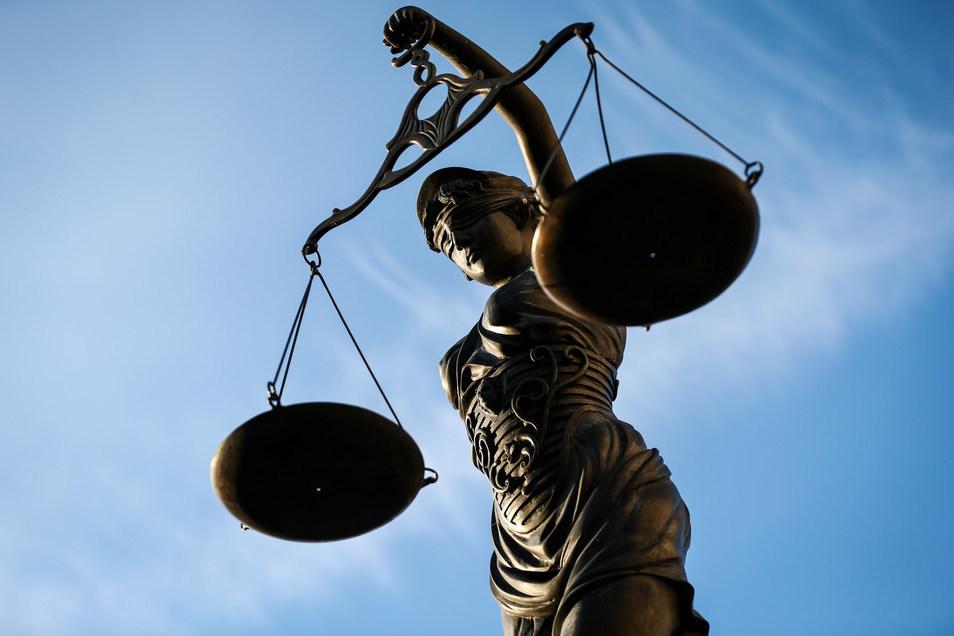 Vorm Gericht in Bautzen muss sich am Mittwoch ein Mann verantworten, der zwei Menschen mit einer Axt und einem Messer bedroht haben soll.