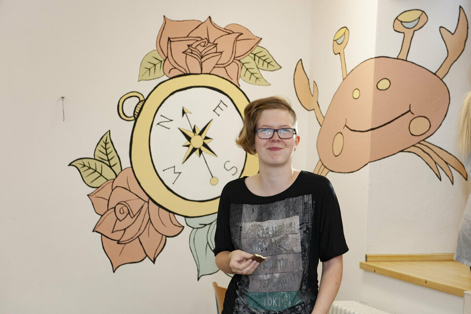 Tina Hennig hat allen Grund zum Strahlen: Der Kunstkurs der Klassenstufe 13 gestaltet in den Ferien den Aufenthaltsraum im Keller des Beruflichen Gymnasiums Großenhain.