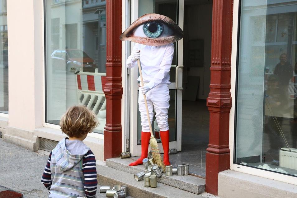 Performance von BBB Johannes Deimling auf der Berliner Straße: Auch wenn der Künstler hier kurz in den Eingang tritt, die meiste Zeit waren die Künstler hinter der Scheibe aktiv.