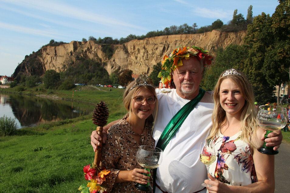 Begehrtes Fotoobjekt bei den Besuchern in Diesbar-Seußlitz: die Ortsweinkönigin Lisa-Marie I. und Bacchus Frank I. hier mit der Sächsischen Weinprinzessin Ann-Katrin Schatzl.