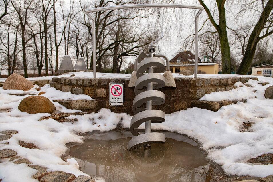 Noch herrscht auf vielen Spielplätzen - hier am Wasserspielplatz im Großenhainer Stadtpark - so etwas wie Winterruhe. Der Bauhof nutzt die Zeit unter anderem, um Geräte zu kontrollieren oder auszutauschen.