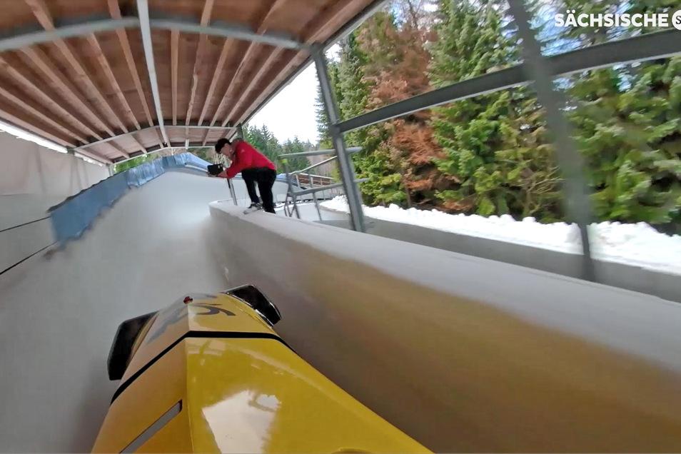 Mit bis zu 140 km/h rasen die Bobschlitten durch den Eiskanal.