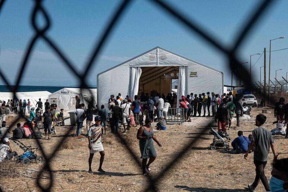 Nach dem Brand im Flüchtlingslager Moria werden Migranten nun auf einem früheren Militärgelände bei Mytilene in Lesbos untergebracht. Die griechischen Behörden wollen 2.500 von ihnen von Lesbos auf das Festland verlegen.