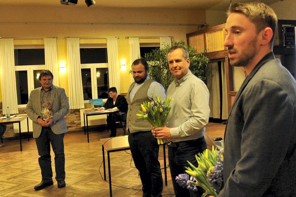 Michael Weihrauch aus Weißwasser (re.) löst Jörg Funda (2.v.r.) als Badchef ab. Der Wechsel wurde in der Ratssitzung verkündet.