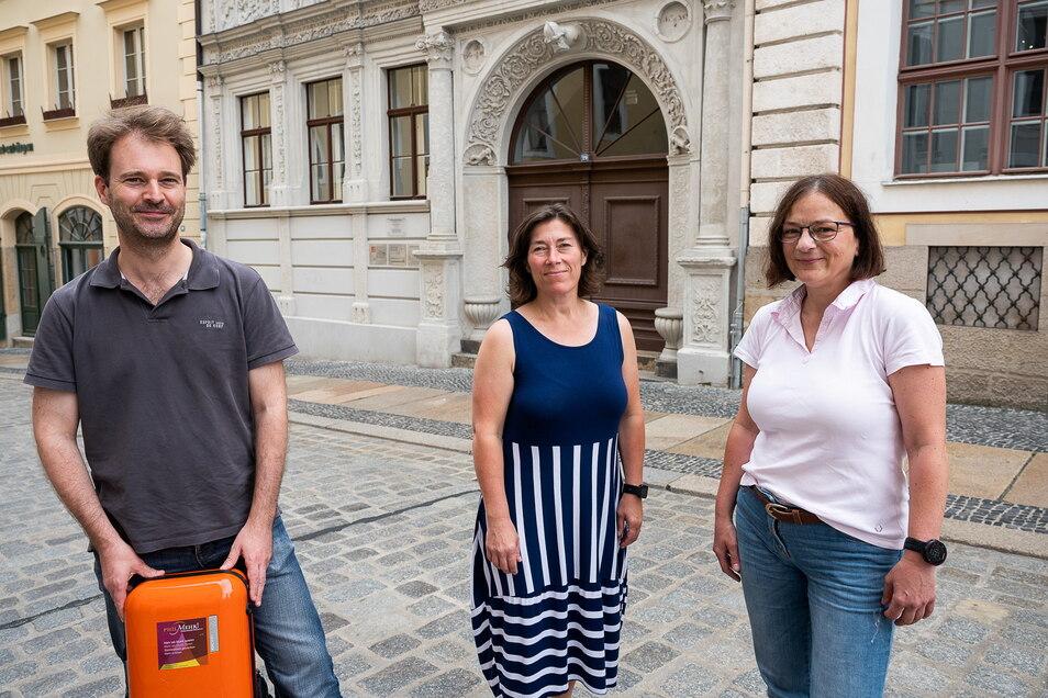 Max Hilfenhaus, Katrin Paulitz und Katrin Lay, die bei der Neuen Lausitzer Philharmonie arbeiten und sich im Verein Philmehr! Philharmonische Brücken engagieren, organisieren die Görlitzer 1:1-Konzerte.