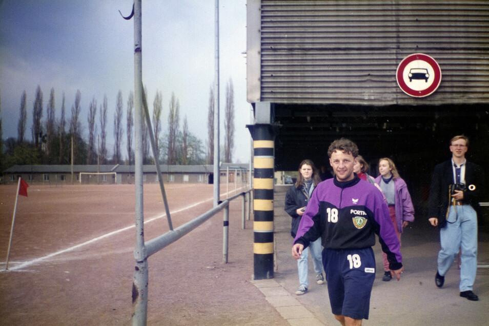 """Unter der alten """"Hornbach""""-Tribüne geht Penksa 1993 zum Training, der Hartplatz dahinter ist korrekt abgekreidet - seinerzeit haben auch die Profis bei Dynamo noch auf Asche trainiert."""