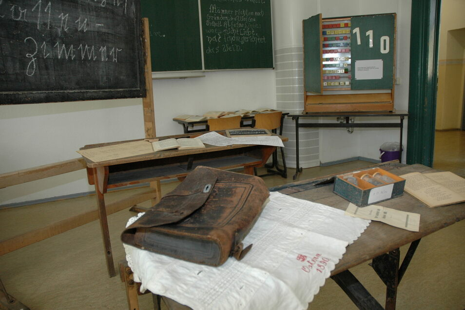 Schule wie anno dazumal. Bald gehören auch die grünen Kreidetafeln ins Museum ...