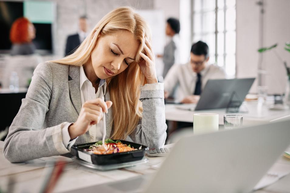 Eine Migräneattacke geht häufig mit einem Heißhunger auf kohlenhydratreiche Lebensmittel einher.