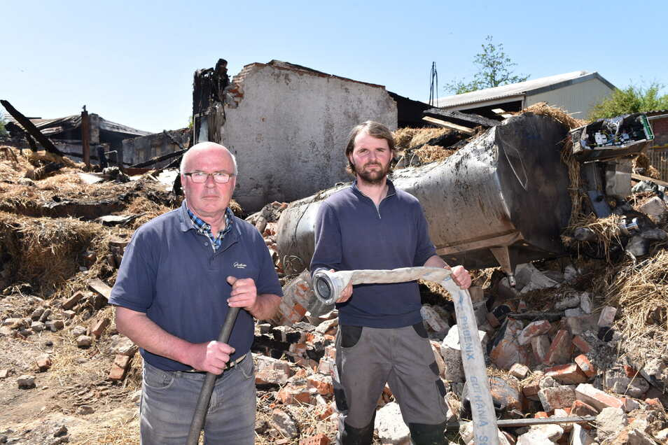 Ein Foto kurz nach den Brand: Hubertus (li.) und Alexander Schroth vor den Resten ihrer neuen Melkanlage,  die noch gar nicht in Betrieb genommen worden war.