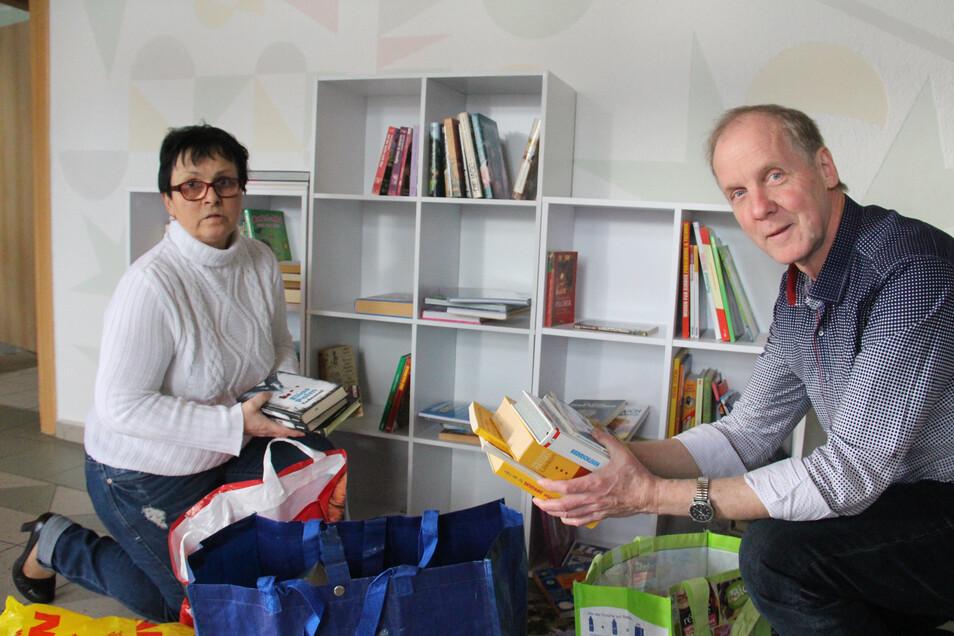 Am Mittwoch stellten Veronika Lehradt und Roland Voigt die ersten Bücher in den öffentlichen Bücherschrank von Purschwitz.