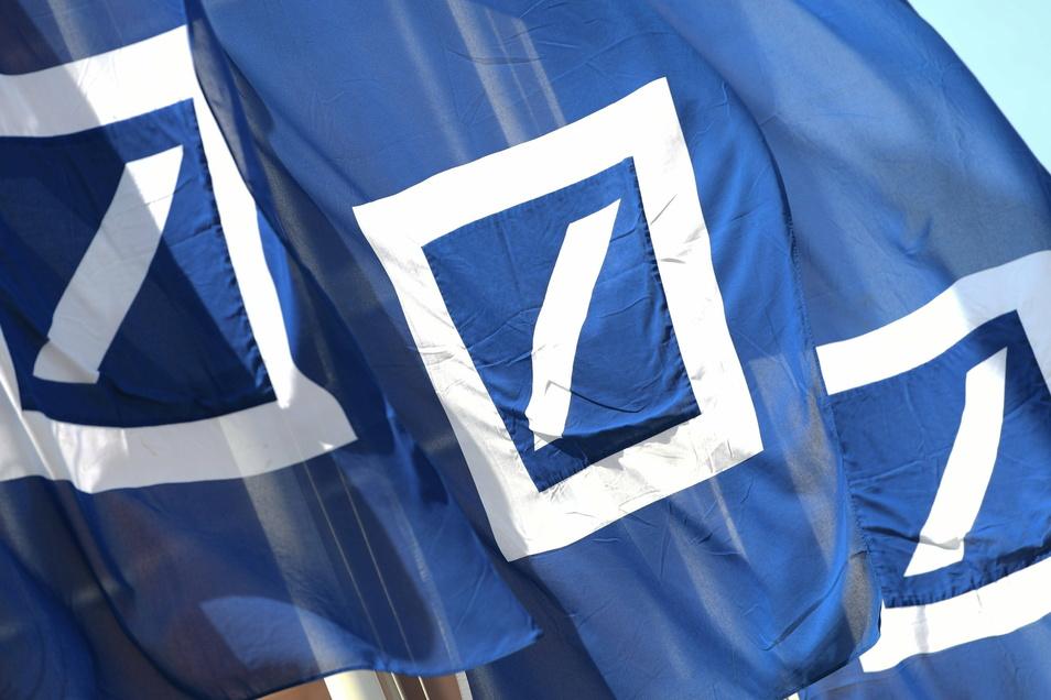 Die Deutsche Bank hat trotz Corona-Krise 2020 erstmals seit Jahren auch unter dem Strich Gewinn gemacht.
