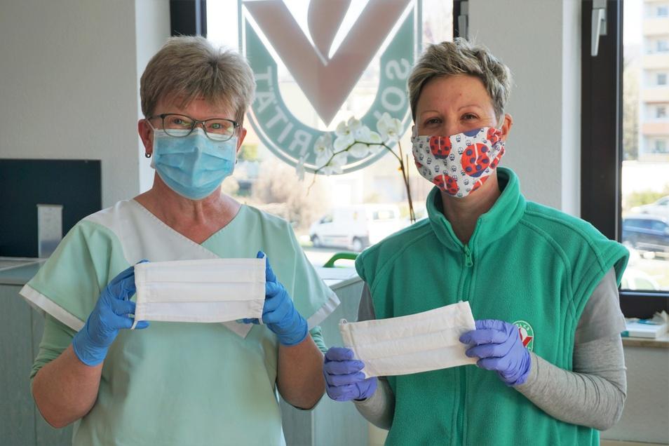 Pflegedienstmitarbeiterin Sylke Schmidt (l.) trägt noch den Einmal-Mundschutz. Claudia Jendrek schon einen selbstgenähten.