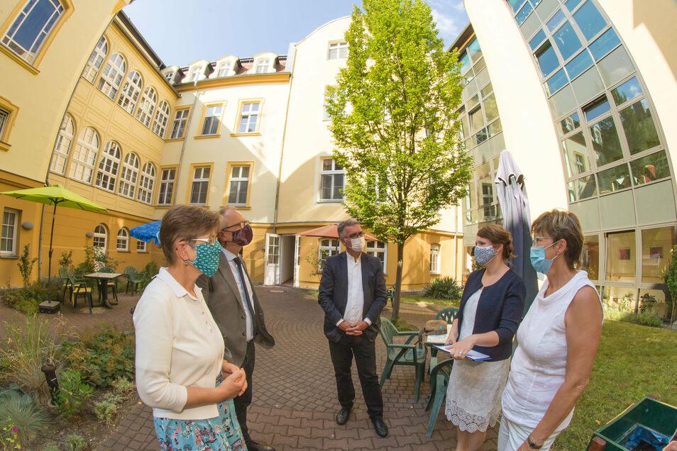 Mit Alltagsmaske im Gesicht besuchen Barbara Eschen vom Diakonischen Werk und Diakonie-Präsident Ulrich Lilie (von links) die Diakonissenanstalt Emmaus.