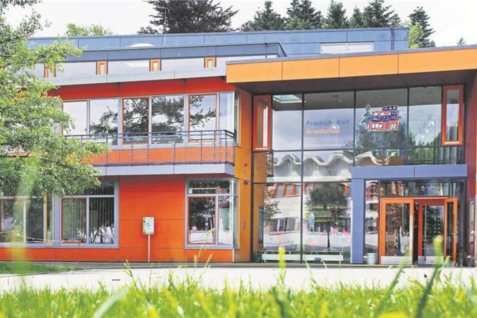 Blau und orange: An der Grundschule trieb es der Architekt besonders bunt.