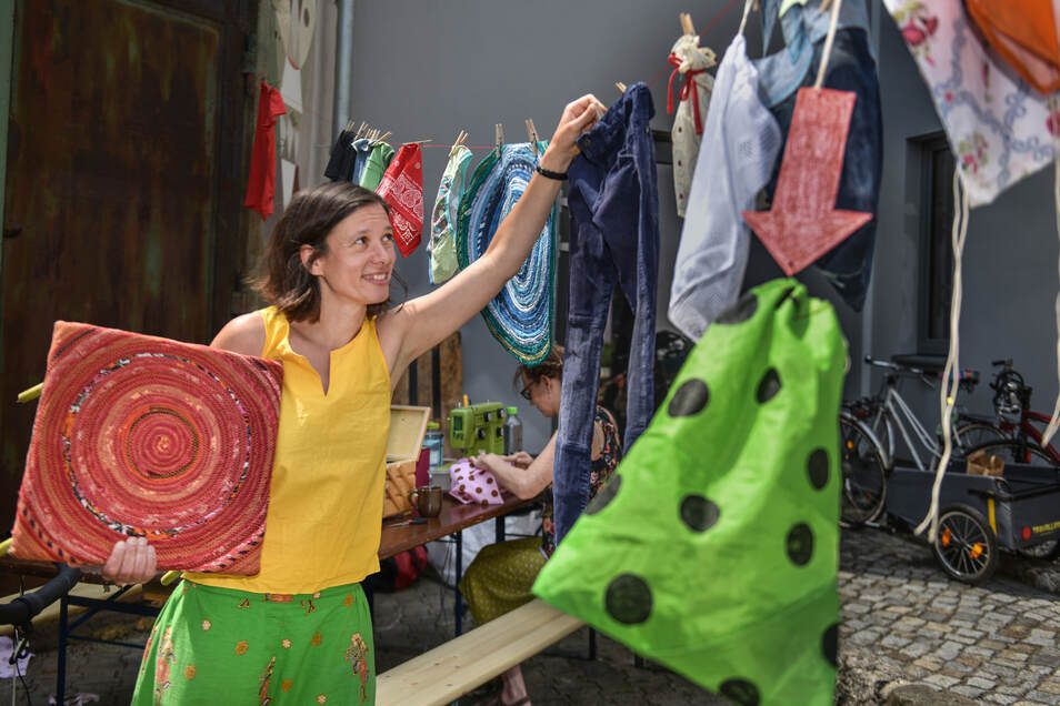 """Katja Schöne gibt selbst genähte Beutel für den verpackungslosen Einkauf ab. Für sie hat eins Priorität: """"Ich möchte nichts wegschmeißen und neu kaufen, sondern reparieren - oder neu erfinden."""""""