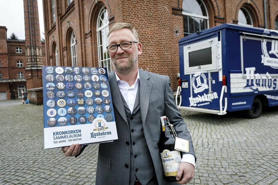 Landskron-Geschäftsführer Uwe Köhler mit einem Kronkorken-Sammelalbum, das es im Vorjahr zum Brauerei-Jubiläum gab. Ähnliches ist erneut geplant.