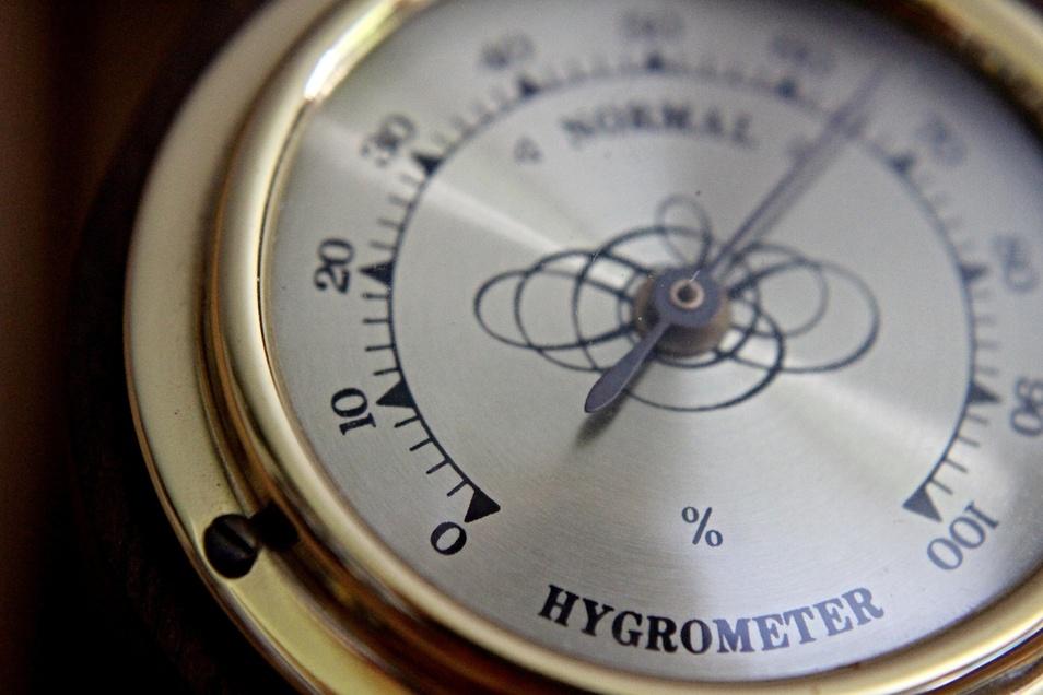 Ein Hygrometer misst die Luftfeuchte in Wohnräumen.