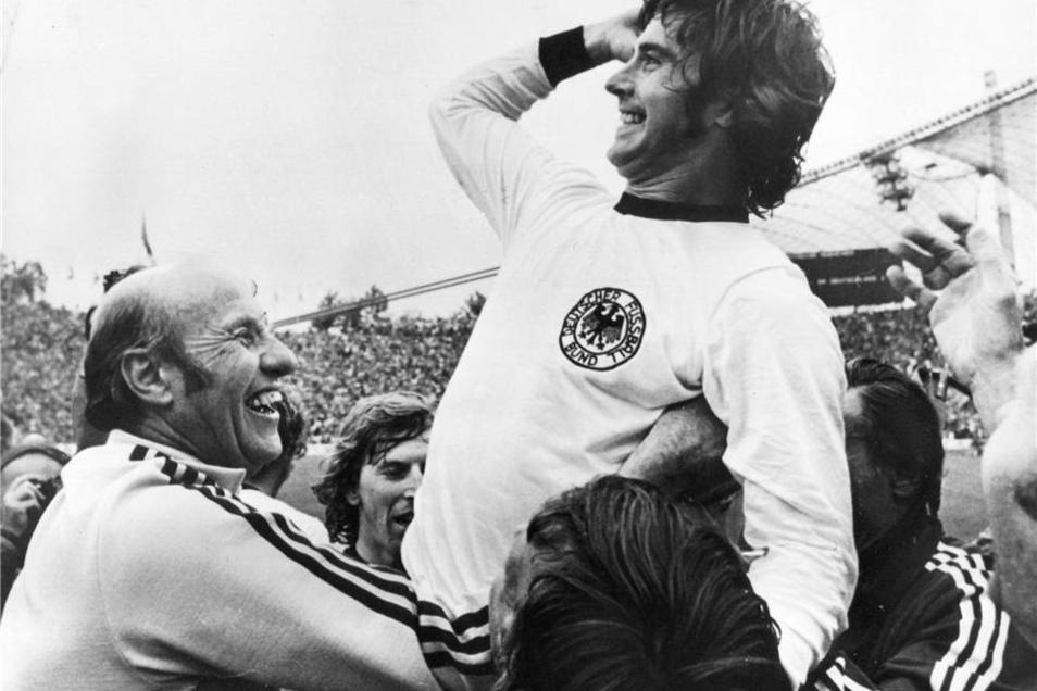 Gerd Müller (r) jubelt mit dem Bundestrainer Helmut Schön.