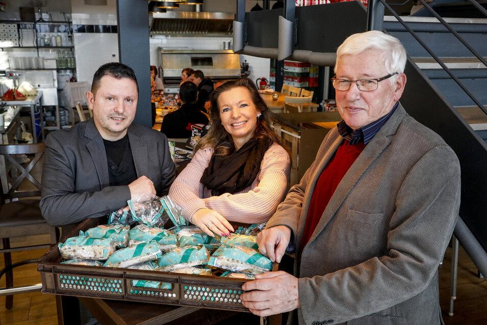 Michael Heidler (l.) und sein Team von der Bäckerei Schwerdtner haben Bedürftigen wieder Christstollen geschenkt. Die nehmen Sandra Muschter von der Kamenzer Tafel und Dietmar Haase vom Landesverband gerne entgegen.
