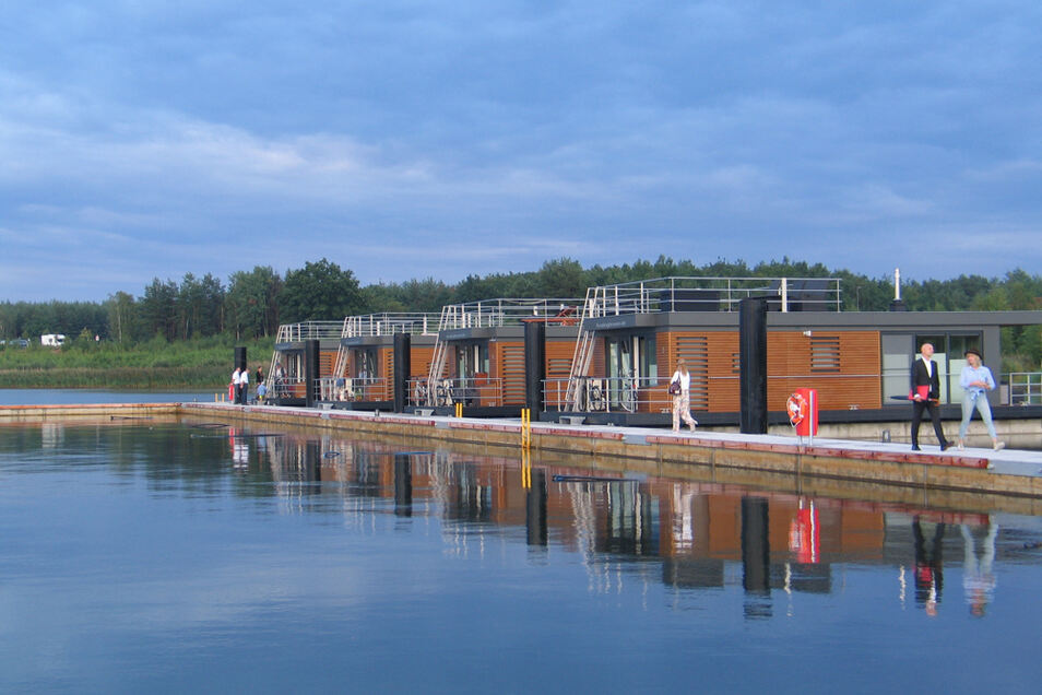 Schwimmende Häuser in der Marina Klitten am Bärwalder See