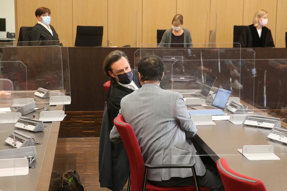 Düsseldorf: Der angeklagte Arzt (M r) redet im Saal des Landgerichts mit seinem Verteidiger.