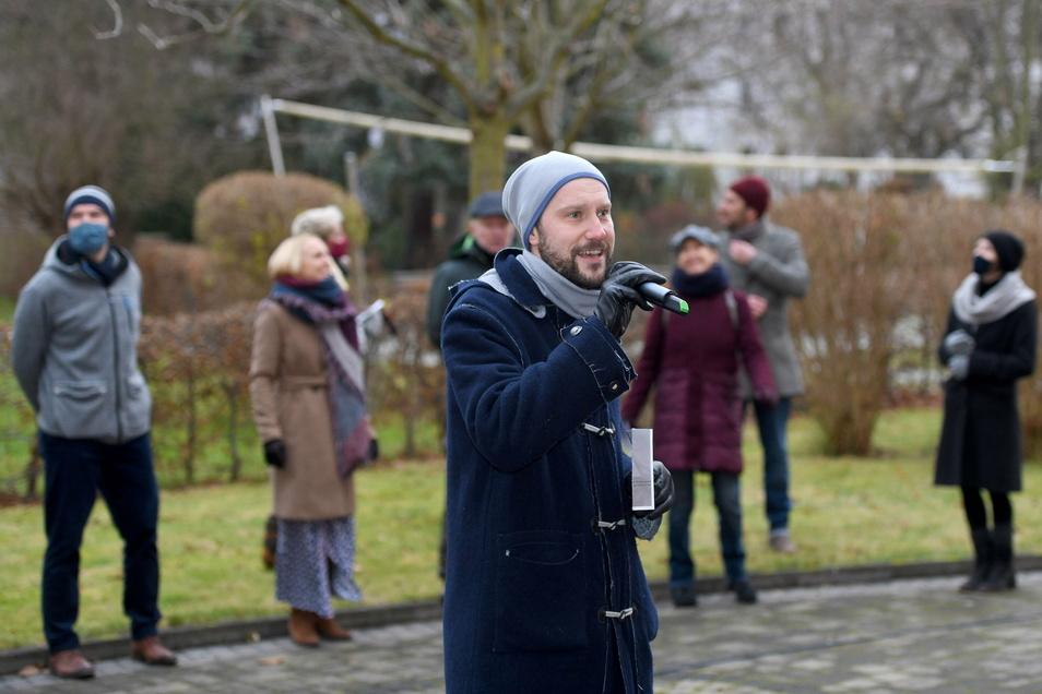 David Pawlak und seine Kollegen vom Gerhart-Hauptmann Theater waren am Montag mit Technikern in Zittau unterwegs, um für Senioren - hier auf dem Hof des Awo-Heimes am grünen Ring - zu singen. Die Bewohner verfolgten die kleine Show am Fenster oder saßen a