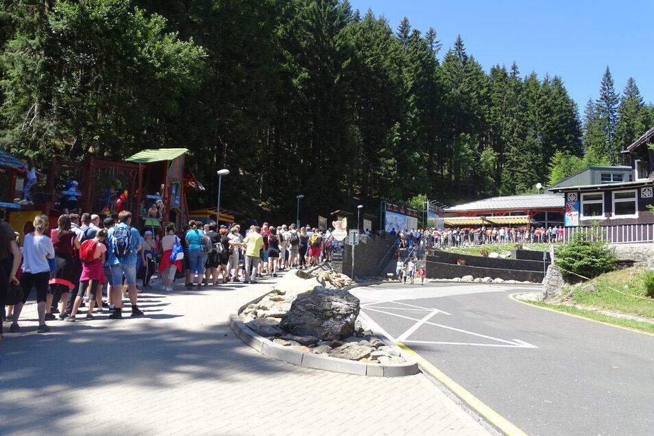 Schlange stehen in Pec an der Gipfelstation der Schneekoppe – eine Stunde Wartezeit für die Fahrt mit der Seilbahn ist im Sommer normal.