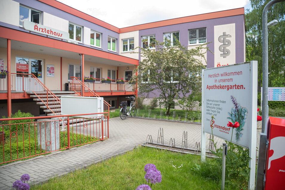 Das heutige Ärztehaus und die frühere Poliklinik in der Hausmannstraße beherbergen seit 1972 auch die Zinzendorf-Apotheke.