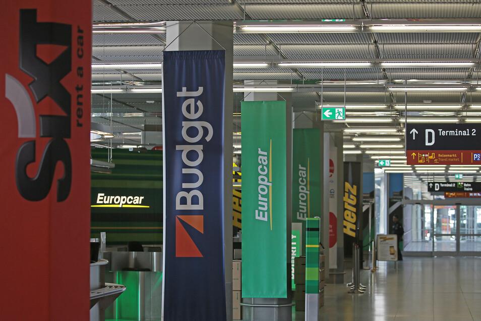 Blick auf die Schalter verschiedener Mietwagen-Anbieter am Flughafen Köln-Bonn.