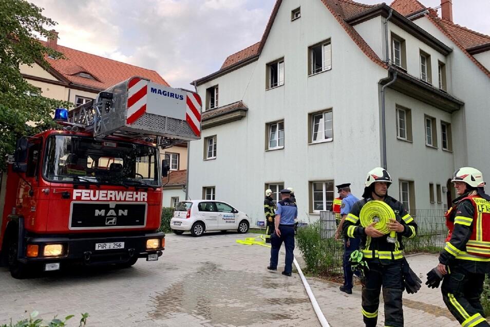 Feuerwehren, Rettungswagen sowie ein Notarzt und Polizei waren an dem Wohnhaus im Einsatz.