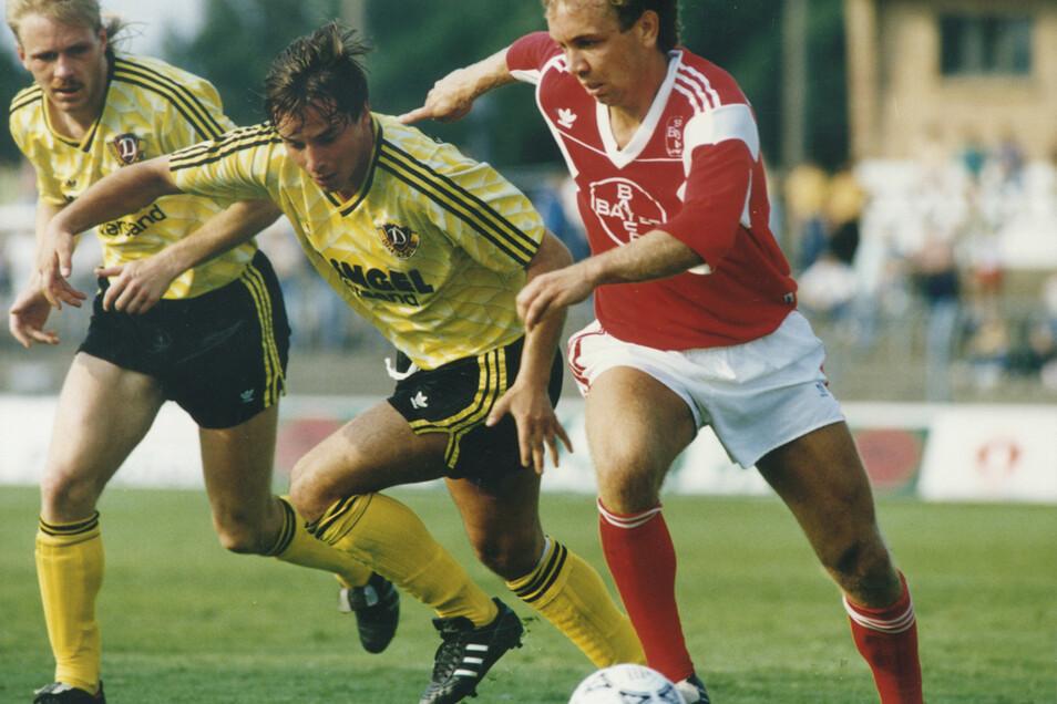 Dynamo Dresden - Testspiel gegen Bayer Leverkusen (1:4) im Sommer 1990 Detlef Schößler und Jörg Stübner gegen Andrzej Buncol von Bayer (von links).