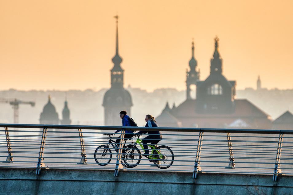 Zwei Radfahrer überqueren die Waldschlößchenbrücke in Dresden: Viele Menschen steigen in der Krise auf das Rad um.