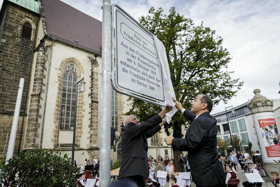 Der frühere Frauenkirchen-Pfarrer Albrecht Naumann und Oberbürgermeister Octavian Ursu enthüllen das neue Schild.