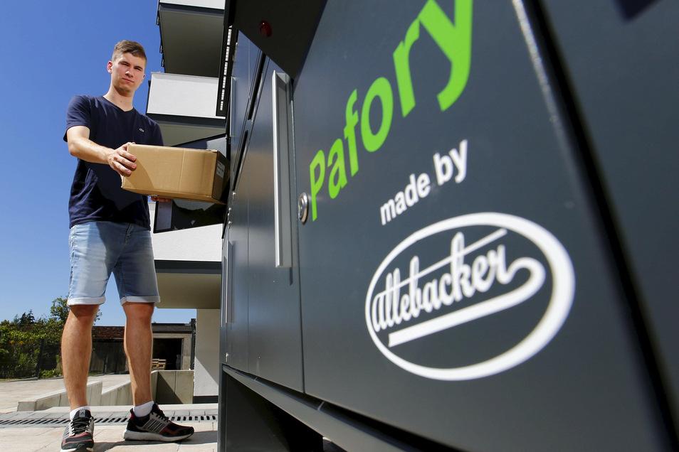 Bürokaufmann Daniel Semmer von der Firma Allebacker aus Großröhrsdorf testet die neue Brief-Paket-Kastenkombination in Pulsnitz.