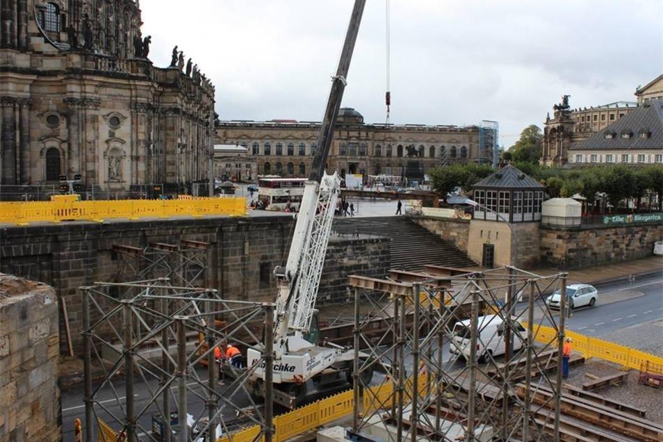 Das provisorische Bauwerk wird so lange stehen, bis der erste Bogen wieder neu aufgebaut ist: also voraussichtlich ein Jahr.