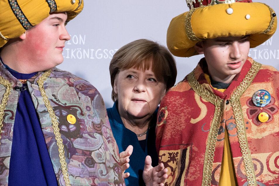 Platz da? Bundeskanzlerin Angela Merkel (CDU) empfing am Dienstag Sternsinger aus allen 27 deutschen Diözesen im Bundeskanzleramt.