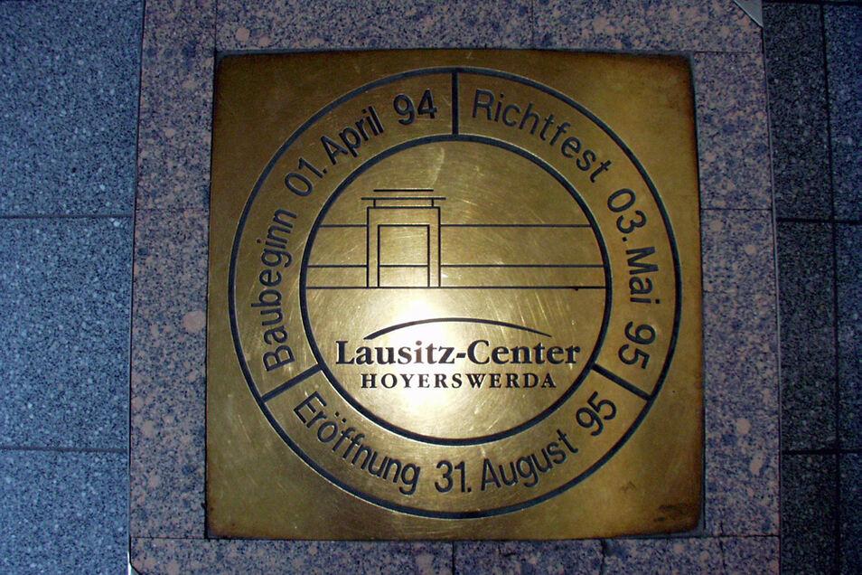 Messingplatte zur Eröffnung des Centers im Mittleren Lichthof.