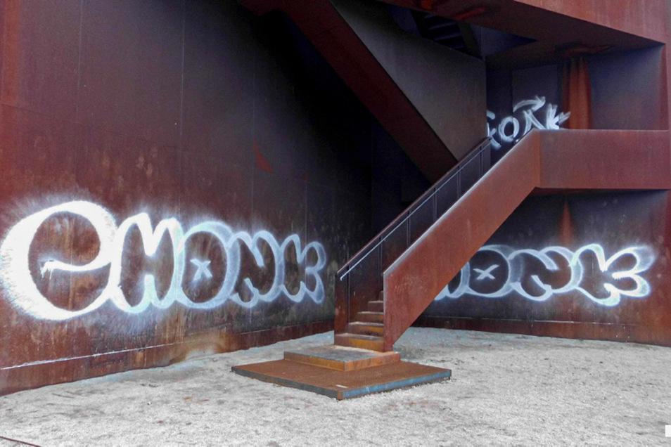 """Mit mehreren dieser Grafitti-Tags wurde der """"Rostige Nagel"""" verunstaltet."""